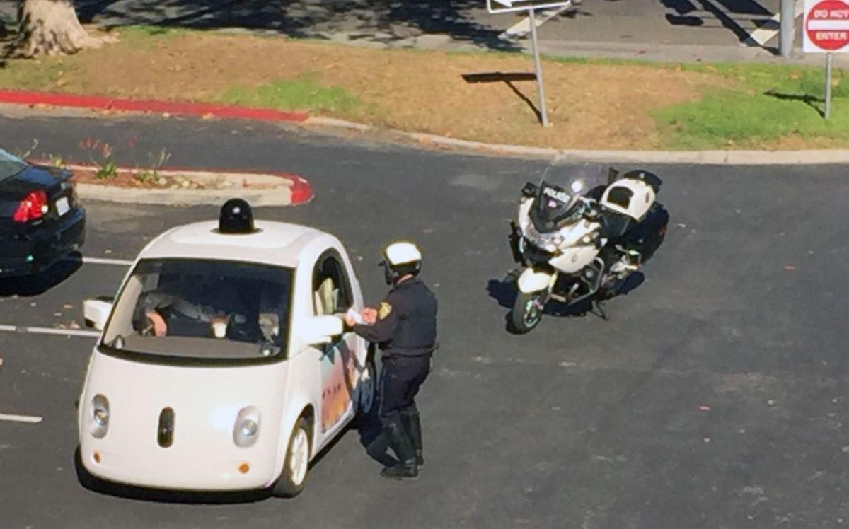 Auto de Google es detenido por policía