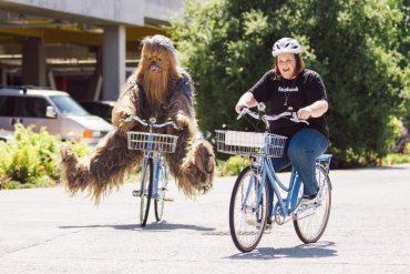 Chewbacca Mom y el propio Chewbacca de paseo en Facebook