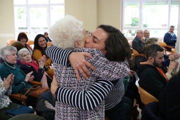 voluntariado Abrazo entre Adela y Leticia