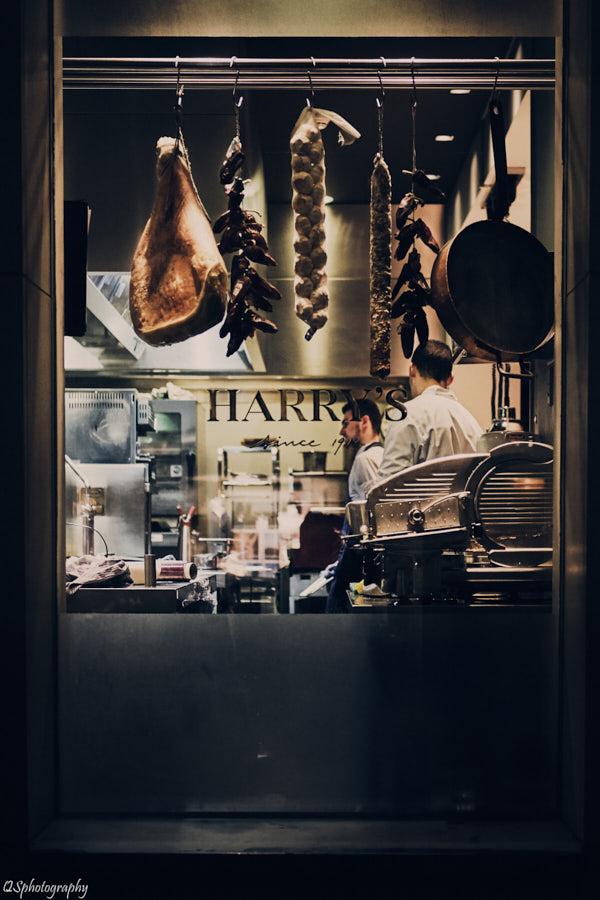 Photographie en soirée d'une cuisine de restaurant