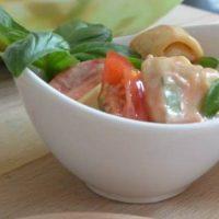 Mal was anderes: TORTELLINI-SALAT mit Mozzarella und Tomate #Grillen #Beilagen #Rezept