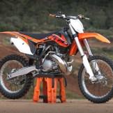 Die Messlatte hängt hoch: Referenzprodukt im Moto-Cross-Sport.
