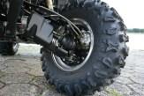 Wie gehabt: Die Radaufhängung ist klassisch mit doppelten A-Arms versehen, die Bremsen erledigen Ihre Aufgabe zufriedenstellend.