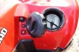 Einlochen: In die wasserfeste Staubox kann man Kleinkram packen, wie auch in die zusätzliche Box unter der Heckverkleidung.