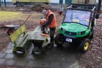 Kleintransporter: Gartengeräte und Werkzeug zum Einsatzort zu schaffen, eine leichte Übung für den Gator.