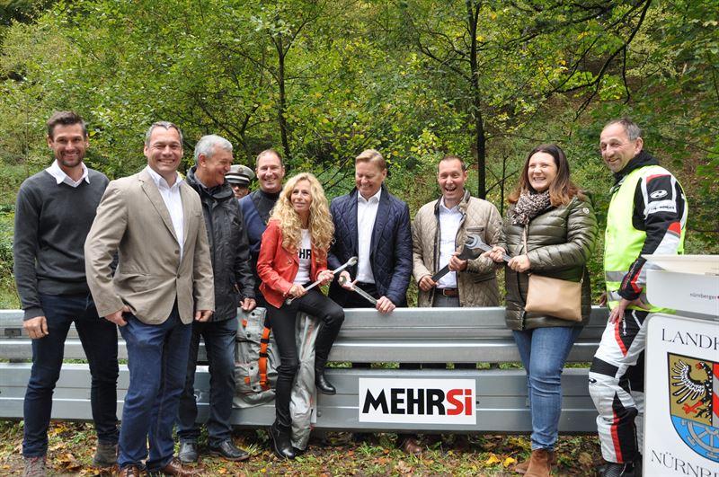 Eröffnung einer durch MEHRSi Leitplanken gesicherten Strecke im Nürnberger Land mit MEHRSi Geschäftsführerin Monika Schwill (5.v.r.).