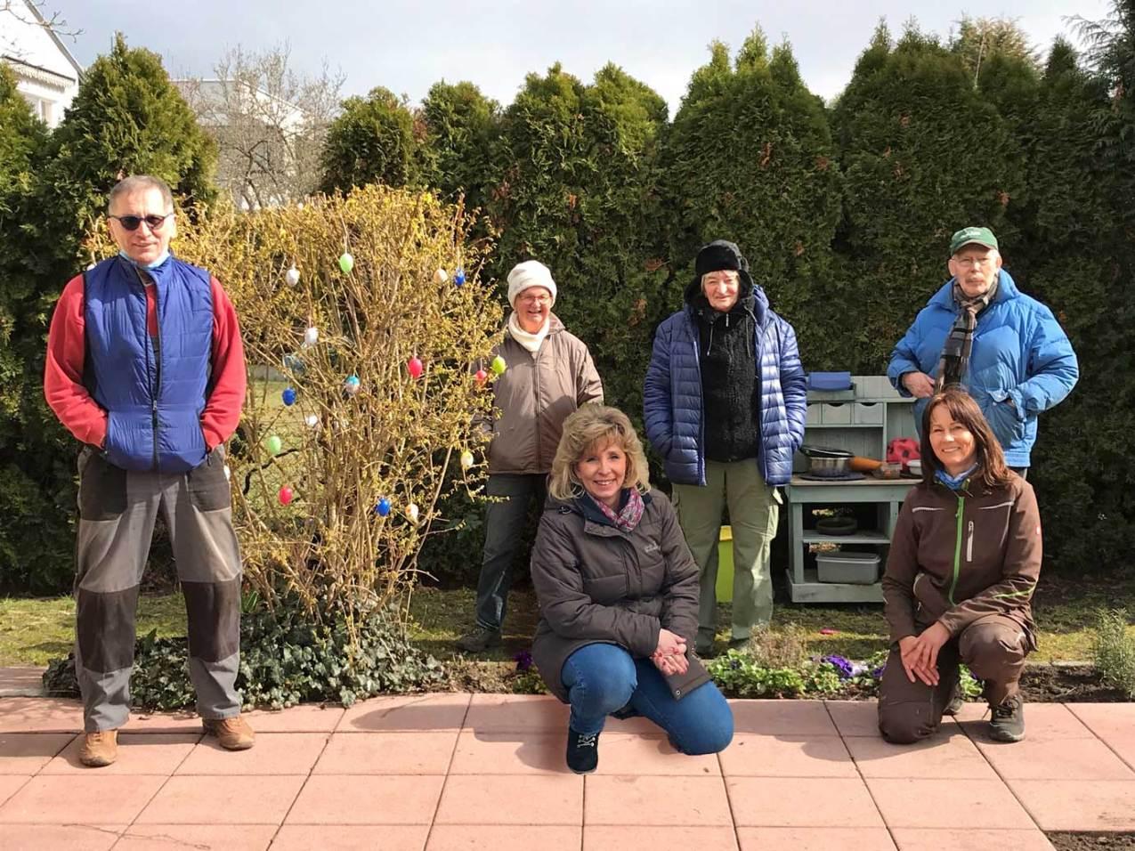 """Gemeinsam holen die Mitglieder der Quartiersgruppe Waldacker mit Doris Lerch und der stellvertretende Quartiersmanagerin Ute Schmidt am Bürgertreff die """"Natur zurück in die Stadt"""""""