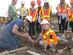 kids-plant-trees-on-school-field-trip-tree-planting-quastuco-silviculture