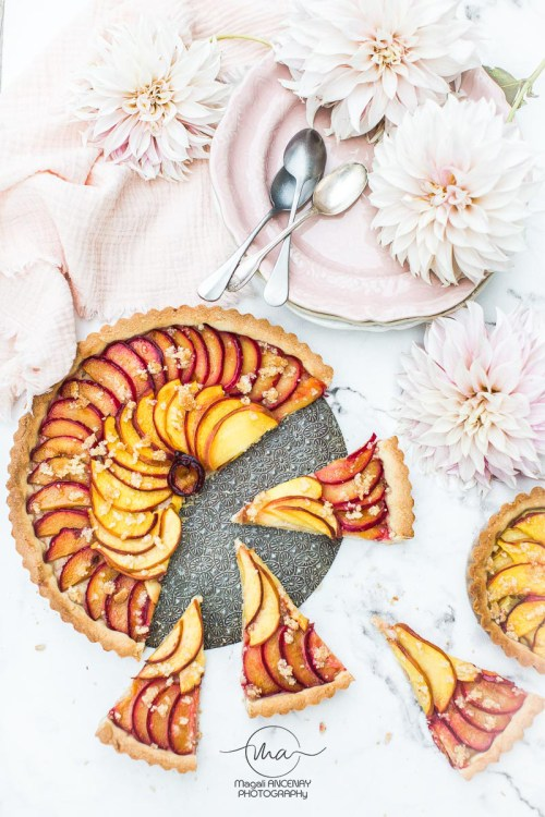 Tarte Pêches Prunes - Magali ANCENAY photographe culinaire