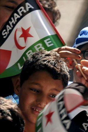 Unos 8.000 niños saharauis cambian en verano el desierto por una familia española