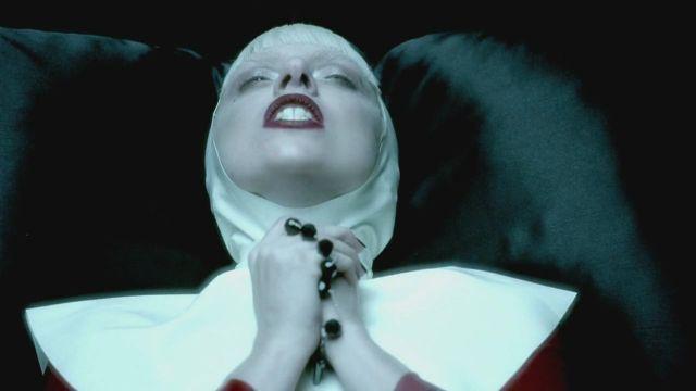 Como una dama de la Edad Media, Lady GaGa provoca en 'Alejandro'