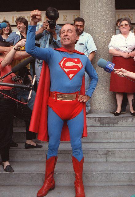 Ruiz-Mateos vestido de Superman (Fuente: http://www.que.es/ultimas-noticias/espana/fotos/ruiz-mateos-vestido-superman-f195375.html)