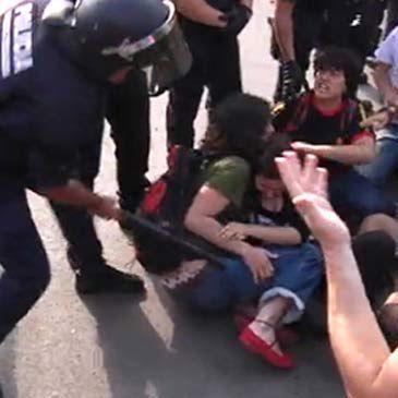 Movimiento 15M: Enfrentamientos en Barcelona por el 'desalojo temporal' de la acampada