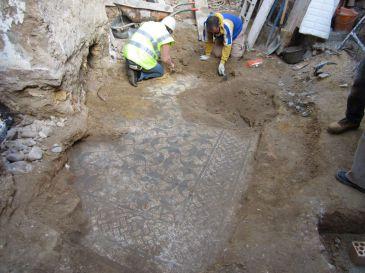 Descubierto un cuarto mosaico romano en la vivienda de Carmona escenario del último hallazgo