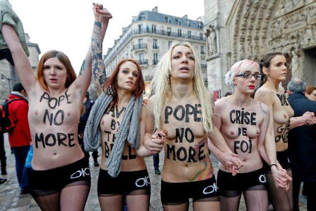 Celebran la renuncia del Papa Benedicto XVI desnudas en Notre Dame de Paris