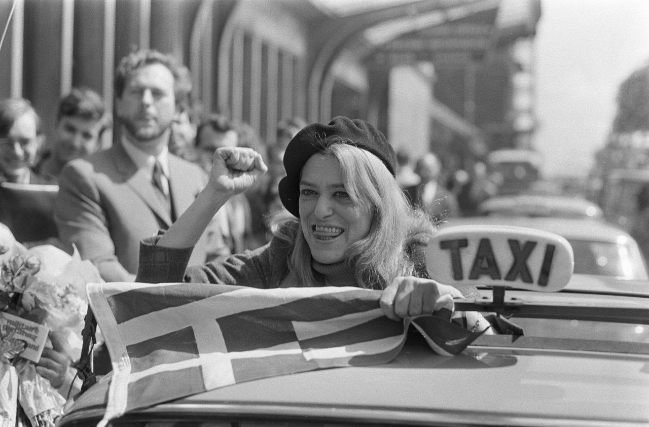 Aankomst Melina Mercouri op CS Amsterdam met baret en Griekse vlag op CS 14 mei 68 41874