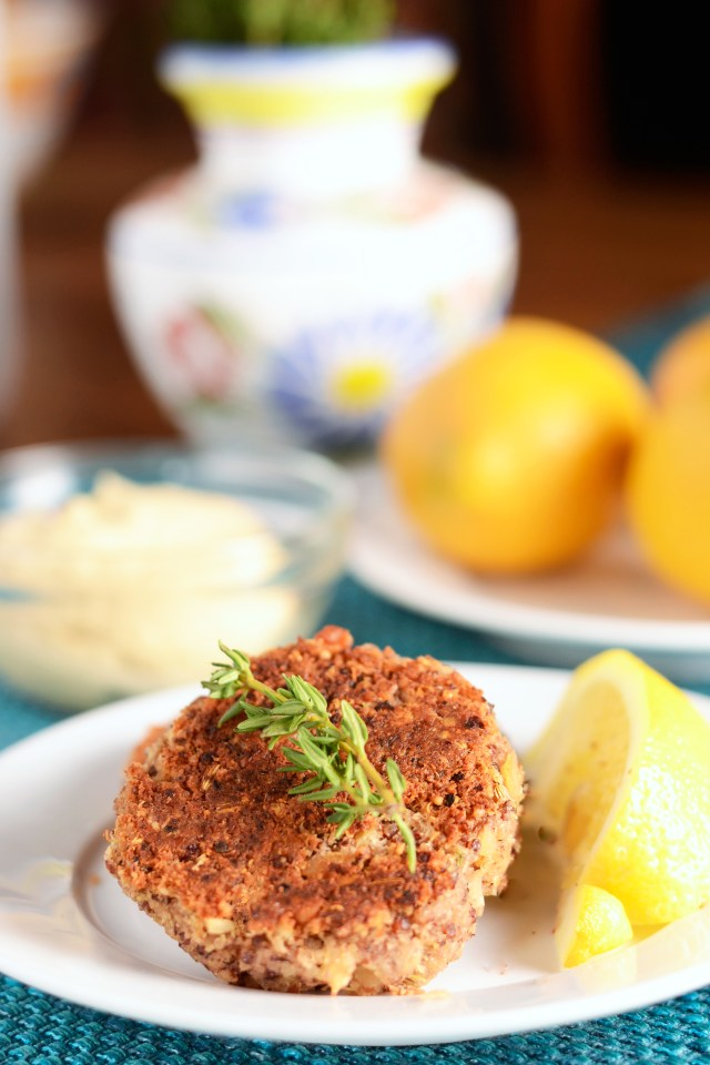 A gluten free quinoa recipe that is healthy, delicious, and versatile. Serve as an appetizer, main course, or on top of a salad. Quinoa Cannellini Cakes are crispy on the outside, tender on the inside, and protein packed. | QueenofMyKitchen.com
