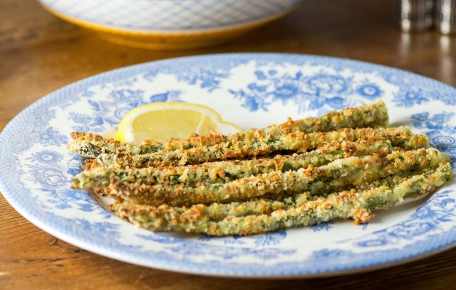 Panko Parmesan Crusted Asparagus - Asparagus is encased in a crispy coating of panko-parmesan crumbs resulting is a vegetable that tastes more like a treat. | QueenofMyKitchen.com
