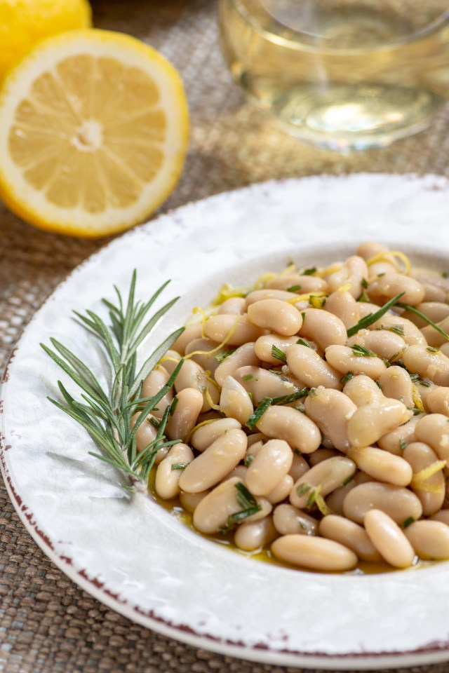 Lemony White Beans with Garlic and Rosemary - A healthy and delicious Tuscan inspired side dish you can make in under 10 minutes. Serve it as an appetizer, light meal, or side dish. Vegan, gluten-free, and dairy-free. | QueenofMyKitchen.com | #beans #whitebeans #cannellinibeans #healthyrecipe #vegansidedish #glutefreerecipe # mediterraneandiet #tuscanwhitebeans #sides