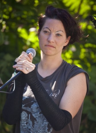 Amanda Palmer singing at a barbeque in St. Kilda, Australia in March 2011. Cropped from original.