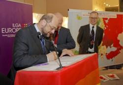 Parlamentspräsident Martin Schulz unterschreibt das Manifest - Quelle: Europäische Union