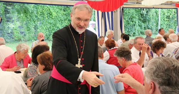 Bischof Gregor Maria Hanke wirbt bei seinen Schäfchen dafür, verpartnerten oder verheirateten Homo-Paaren das Leben innerhalb der EU schwerer zu machen (Bild: pde / Andreas Schneidt Medienzentrale)