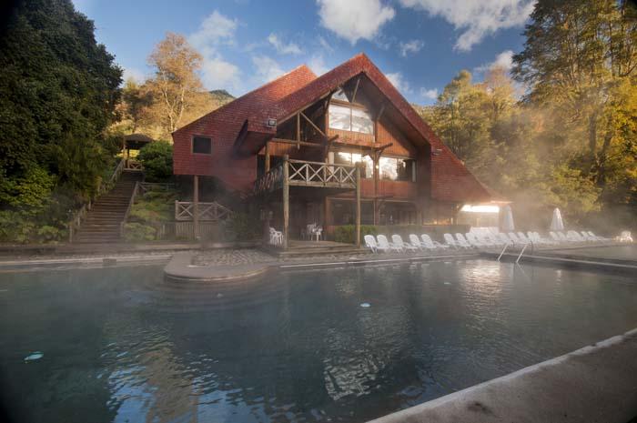 Termas Huife: Un tranquilo entorno para relajarte en burbujeantes aguas