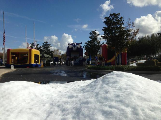 Nieve producida por una máquina de nieve de No Limit Event Rental