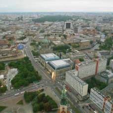 Avec un fond le Mémorial de l'Holocauste, la porte de Brandebourg et le Reichstag
