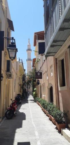 Dans les ruelles de Réthymnon, avec en arrière plan le minaret de la mosquée Nerantzes (Crète)