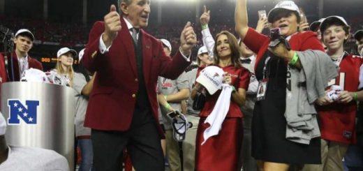 Il proprietario degli Atlanta Falcons Arthur Blank balla per festeggiare l'approdo al Super Bowl