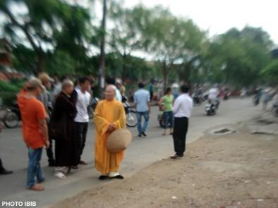 Công an chận đường chư Tăng ở Huế - Photo PTTPGQT