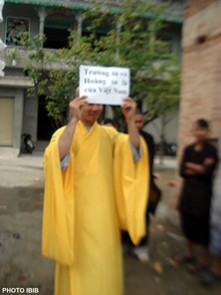 Một Tăng sĩ đưa cao tấm biểu ngữ : Hoàng sa – Trường sa là của Việt Nam – Photo PTTPGQT