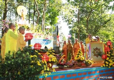Chư Tăng trên Lễ Đài – Hình PTTPGQT