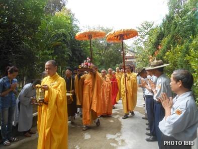 Cung nghinh chư Tăng vào Chánh điện Long Quang - Hình PTTPGQT