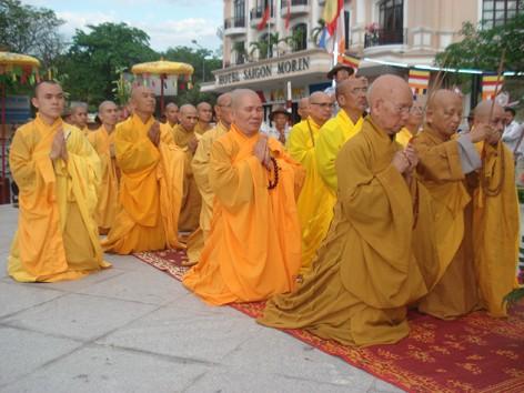 Chư tăng và Phật tử đồng quỳ xuống làm lễ Tưởng niệm