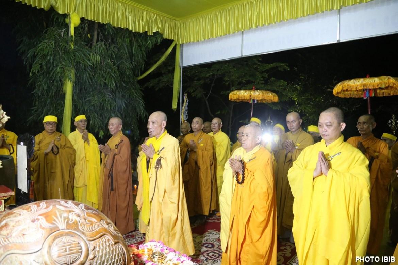 Thành viên Ban Chỉ đạo Viện Hoá Đạo và Môn đồ Pháp quyến trước Linh đài