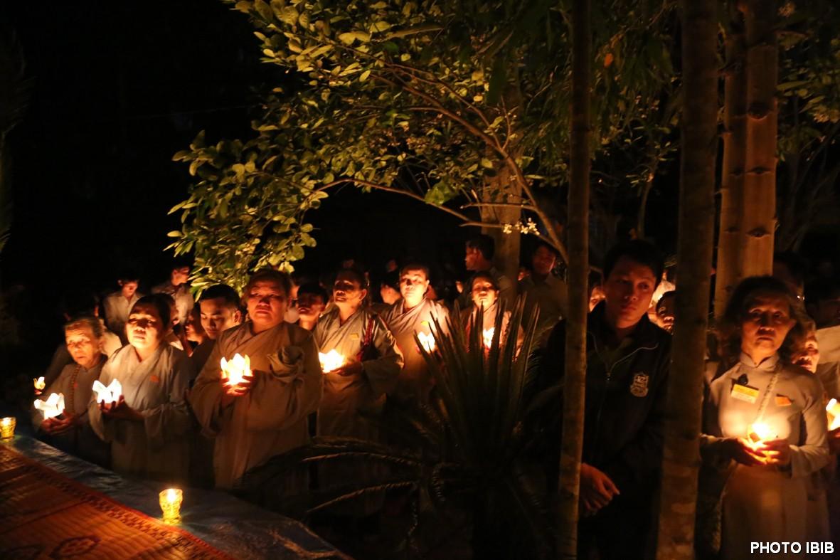 Đêm cũng như ngày Phật tử thắp nến và cung kính cấu nguyện