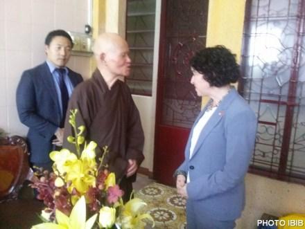 Đức Tăng Thống đón chào bà Tổng Lãnh sự Hoa Kỳ tại Thanh Minh Thiền Viện