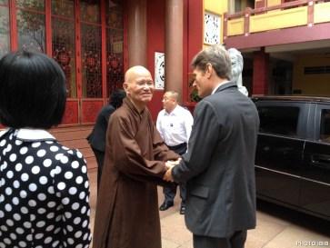 Thứ trưởng Ngoai giao Tom Malinowski chia tay Đức Tăng Thống dưới sân Thanh Minh Thiền Viện