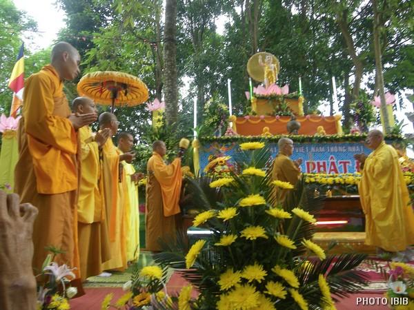 Chư Tăng tại Lễ đài trong khuôn viên Tu viện Long Quang