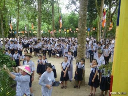 Gia đình Phật tử Việt Nam trước Lễ đài Phật Đản