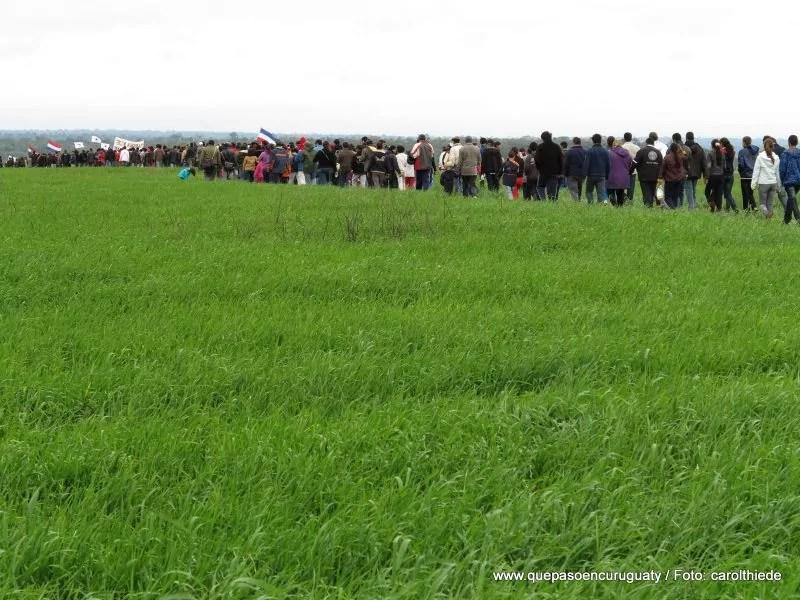 Marcha hasta el lugar de la masacre en las tierras de Marina kue. 15 de junio de 2013, Curuguaty.
