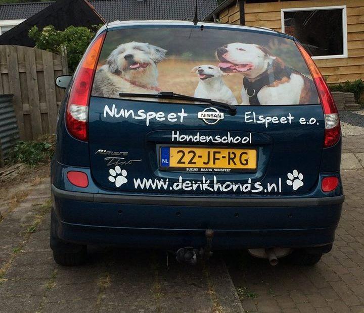 Belettering achterzijde auto Denk Honds Hondenschool