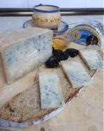 Pan de higos y queso azul de oveja elaborado en Arenas de Cabrales por El Cabriteru