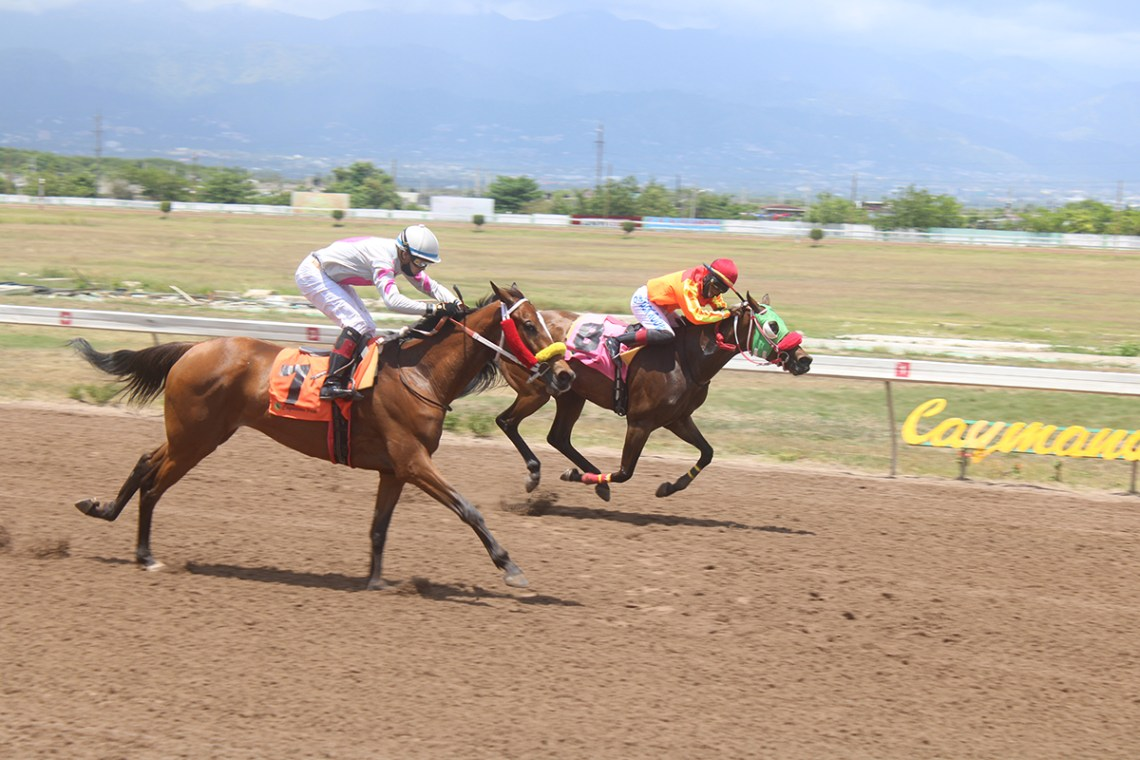 Casual Peach (#7) with Dick Cardenas pumping hard about to nab Diosa De Oro (Javaniel Patterson). (Photo: Kimberly Bartlett)