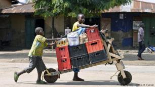 """تشوكودو في الكونغو هذه العربة مصنوعة من الخشب وتتألف من عجلتين وبداخلها مساحة كبيرة، ما يساعد على نقل حمولة كبيرة. ويكثر استخدام هذه العربة في شرق الكونغو، حيث تم ابتكارها. و ويبلغ طول عربة """"تشوكودو"""" مترين، وهي مجهزة بمقود عال وعريض، ويتم دفعها من قبل السائق، ما يجعلها بديل اقتصادي لوسائل النقل الآلية."""