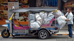 """توك توك في تايلاند لا تنتشر وسيلة النقل """"توك توك"""" في تايلاند فحسب، بل هي معروفة في كثير من البلدان وتحظى بشعبية كبيرة لدى السياح، وذلك لسرعتها العالية وانزلاقها السريع في الشوارع وحركة المرور. وهي بديلة أرخص لسيارات الأجرة."""