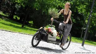"""دراجات يتذكروا الكثير من الأوروبيين وسيلة النقل البسيطة والمعروفة باسم """"لاستن ريدر"""" أي """"دراجة نقل الحمولة"""". هذه الدراجة كانت تستخدم بكثرة لنقل الأطفال أو في التسوق. وحاليا يمكن رؤية هذه الدراجات في المدن الكبيرة مثل برلين وكولونيا. وجدير بالذكر أن هذه العربات تصل قيمتها إلى أكثر من ألف يورو."""