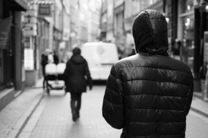 Stalking: perseguita cinque persone, arrestato da polizia